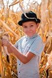 Piccolo ragazzo caucasico sull'azienda agricola del cereale Stagione della raccolta SMI felice immagine stock