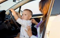 Piccolo ragazzo che finge di guidare Immagini Stock