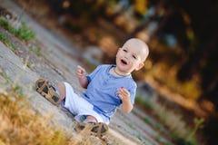 Piccolo ragazzo del bambino che cammina nel parco di estate all'aperto Fotografia Stock