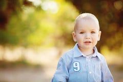 Piccolo ragazzo del bambino che cammina nel parco di estate all'aperto Immagini Stock Libere da Diritti
