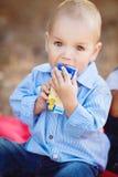 Piccolo ragazzo del bambino che cammina nel parco di estate all'aperto Immagini Stock