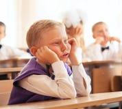 Piccolo ragazzo dell'allievo sulla sua prima lezione Immagine Stock