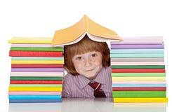 Piccolo ragazzo di banco con i lotti dei libri Immagini Stock Libere da Diritti