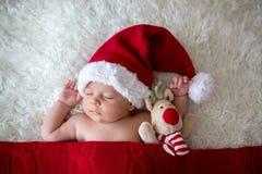 Piccolo ragazzo di neonato addormentato, cappello d'uso di Santa Fotografie Stock Libere da Diritti