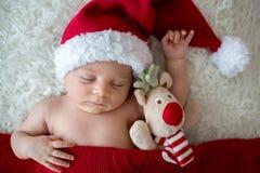Piccolo ragazzo di neonato addormentato, cappello d'uso di Santa Immagini Stock