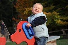 Piccolo ragazzo di risata divertente Immagini Stock