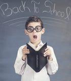 Piccolo ragazzo di scuola nerd davanti ad una lavagna fotografie stock libere da diritti