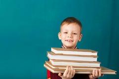 Piccolo ragazzo di scuola premuroso allegro in uniforme scolastico con il BAC Fotografia Stock Libera da Diritti