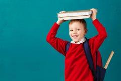 Piccolo ragazzo di scuola premuroso allegro in uniforme scolastico con il BAC Immagini Stock Libere da Diritti