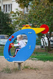 Piccolo ragazzo di tre anni che gioca sul campo da giuoco Fotografia Stock Libera da Diritti