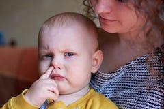 Piccolo ragazzo divertente con il dito in naso fotografie stock libere da diritti