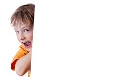Piccolo ragazzo felice che tiene una scheda in bianco Fotografia Stock