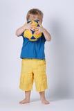 Piccolo ragazzo felice con il vestito di nuoto fotografia stock