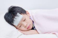 Piccolo ragazzo malato che dorme sul letto Fotografia Stock Libera da Diritti