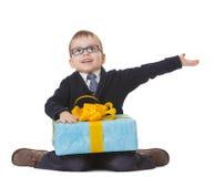 Piccolo ragazzo negli spectecles con il grande presente Fotografie Stock