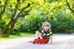 Piccolo ragazzo prescolare che gioca con il giocattolo dell'automobile Fotografie Stock Libere da Diritti