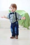 Piccolo ragazzo riccio bello Immagine Stock