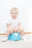 Piccolo ragazzo sorridente sveglio sul potty Immagini Stock Libere da Diritti