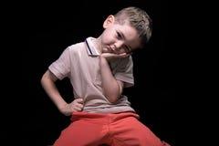 Piccolo ragazzo stanco con le mani sulle anche Fotografie Stock