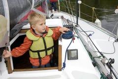 Piccolo ragazzo sveglio cinque anni in giubbotto di salvataggio su y Fotografia Stock Libera da Diritti