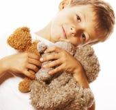 Piccolo ragazzo sveglio con abbracciare di molti orsacchiotti Fotografie Stock Libere da Diritti