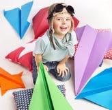 Piccolo ragazzo sveglio con gli aerei del giocattolo di abbondanza Immagini Stock Libere da Diritti