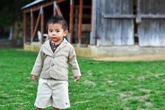 Piccolo ragazzo sveglio dell'azienda agricola Immagine Stock