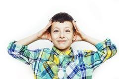 Piccolo ragazzo sveglio sul gesto bianco del fondo che sorride vicino su, concetto della gente di stile di vita immagine stock