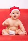 Piccolo ragazzo sveglio vestito in cappuccio del Babbo Natale Immagine Stock Libera da Diritti