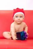 Piccolo ragazzo sveglio vestito in cappuccio del Babbo Natale Fotografie Stock