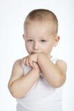 Piccolo ragazzo timido su fondo bianco Fotografie Stock