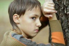 Piccolo ragazzo triste in autunno Immagine Stock Libera da Diritti