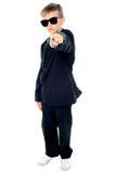 Piccolo ragazzo in vestito blu che indica voi Fotografia Stock Libera da Diritti