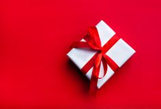 Piccolo regalo con il nastro rosso Immagini Stock Libere da Diritti