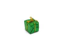 Piccolo regalo verde su fondo bianco Contenitore di regalo di Natale in fogliame che si avvolge con l'arco del filo dell'oro Immagini Stock Libere da Diritti