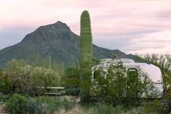 Piccolo rimorchio di campeggio sul campeggio del deserto Fotografia Stock