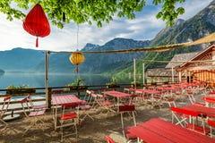 Piccolo ristorante da un lago in Hallstatt, alpi, Austria, Europa Immagine Stock