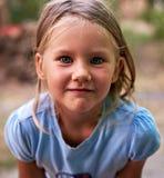 Piccolo ritratto biondo della ragazza all'aperto Fotografie Stock Libere da Diritti