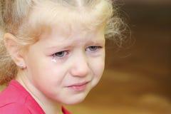 Piccolo ritratto riccio gridante della ragazza Compleanno triste Fotografia Stock Libera da Diritti