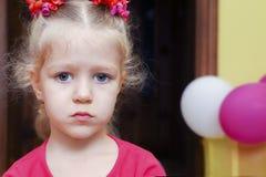 Piccolo ritratto riccio gridante della ragazza Compleanno triste Fotografia Stock