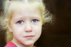 Piccolo ritratto riccio gridante della ragazza Compleanno triste Fotografie Stock