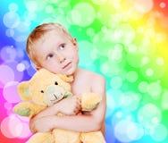 Piccolo ritratto sveglio del ragazzo con l'orso di orsacchiotto Immagine Stock