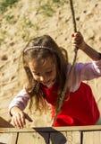 Piccolo ritratto sveglio della ragazza divertendosi e giocando all'aperto Immagine Stock Libera da Diritti