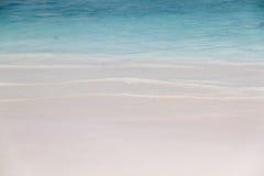 Piccolo rotolo dell'onda nella spiaggia di sabbia bianca Fotografia Stock