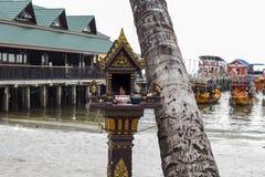Piccolo santuario buddista sulla spiaggia dell'isola di Koh Rong, Cambogia Religione tradizionale del khmer Santuario buddista al fotografia stock