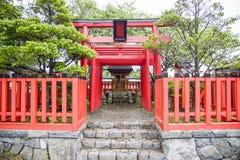 Piccolo santuario con Torii rosso nello stile giapponese Fotografia Stock Libera da Diritti