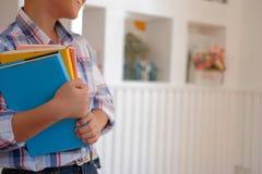 piccolo scolaro asiatico dei bambini del bambino del ragazzo del bambino che tiene i libri 'chi' fotografia stock libera da diritti