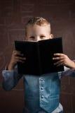 Piccolo scolaro con capelli biondi in un vestito piacevole, Fotografia Stock Libera da Diritti