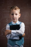 Piccolo scolaro con capelli biondi in un vestito piacevole, Fotografia Stock