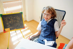 Piccolo scolaro impertinente di vetro nelle risate allegramente Immagine Stock Libera da Diritti